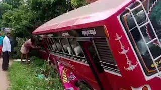 ഒറ്റപ്പാലം വാണിയംകുളത്ത് സ്വകാര്യ ബസ് മറിഞ്ഞ് 11 പേർക്ക് പരുക്ക്   Palakkad bus accident