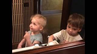 Дети Галкина смотрят как бреется их папа