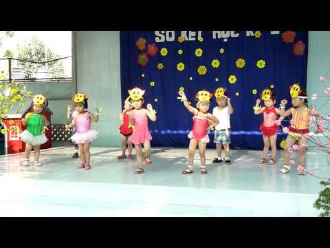 Nhảy múa đàn gà trong sân Trường mầm non Hoa Hồng Đỏ