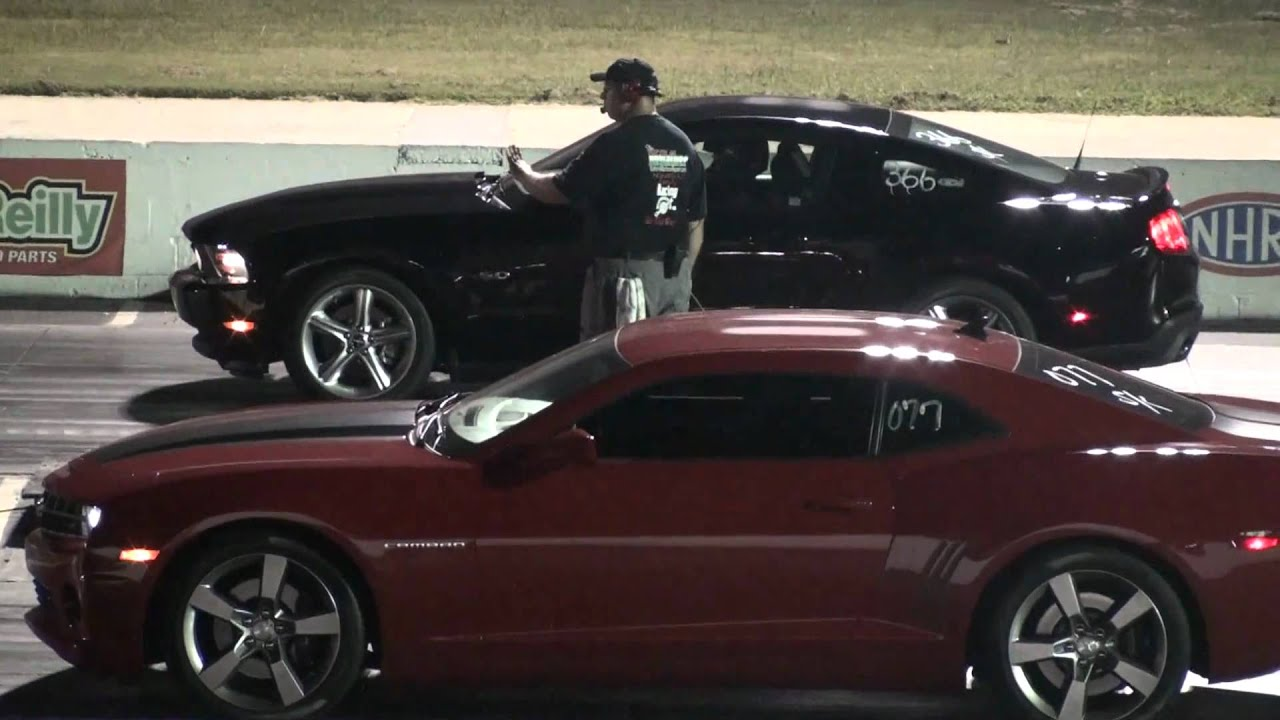 racha: Camaro SS vs Mustang GT 5 - YouTube