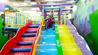 SERUNYA, Bermain Perosotan Di Playground indoor | Mandi bola - Time zone play