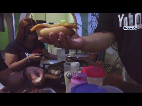 Degustando las pupusas y la cena típica en Pupuseria Pita, Santa Ana