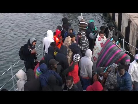 Migrants picked up between Libya and Italy arrive at port [no comment]