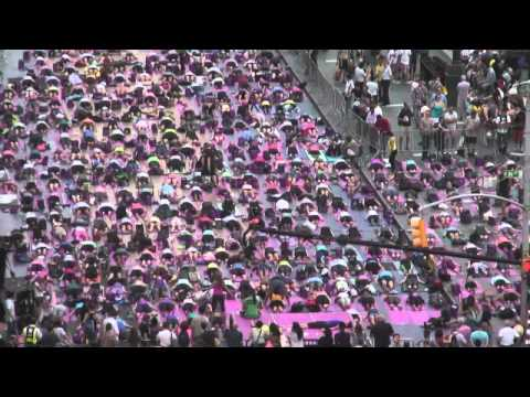 Yoga in Times Square - Flash mob 21.06.2013 EarthCam