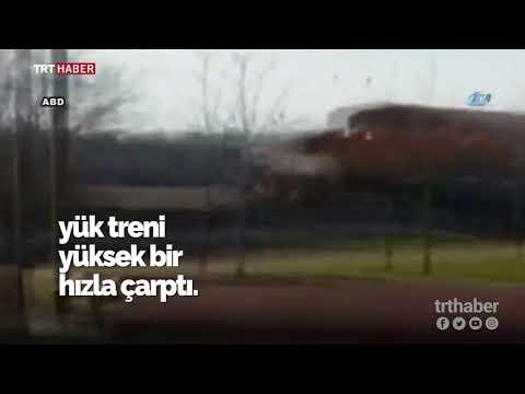 Tren, raylara sıkışan traktöre büyük bir hızla çarptı.