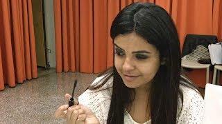 Слепых бразильских женщин учат секретам макияжа