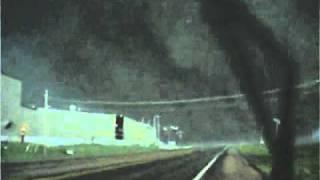 これえはマジで危険ってかありえないでしょってくらいバカデカい雲の竜巻に車で突進していく動画です!目の前には本当10階建てビルを軽く飲み込んでしまうくらい大きな ...