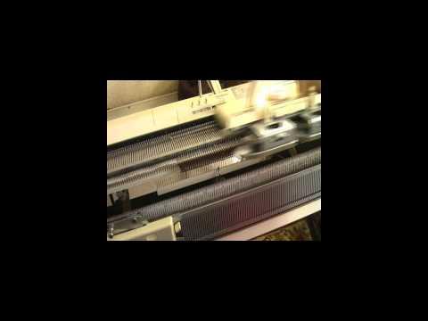 Вязание горловины на вязальной машине видео