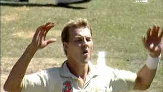 Brett Lee vs Jacques Kallis - brutally roughs him up and GETS HIS MAN!