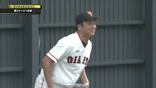 巨人春季キャンプ第2クール初日。 澤村拓一がブルペンで投球練習を行い...