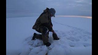 Да он в лунку не лезет Первый лед 2019 2020 Рыбалка в Якутии