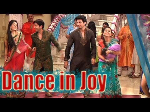 Sasural Simar Ka - Simar and Entire Family Dance in Joy: Sasural Simar Ka - Simar and Entire Family Dance in Joy. For more videos subscribe to tellybytes and telly tv channel. Thank you for watching!. Follow us on fb:  https://www.facebook.com/TellyBytes   https://www.facebook.com/pages/Telly-tv/207041762761879?fref=ts