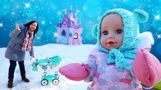 Promenade d'hiver avec bébé Chloé. Vidéo en français de poupons bébés born.
