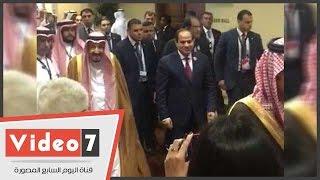 بالفيديو..السيسي يلتقي الملك سلمان بالقمة العربية ويخرجان معا الي خارج القاعة