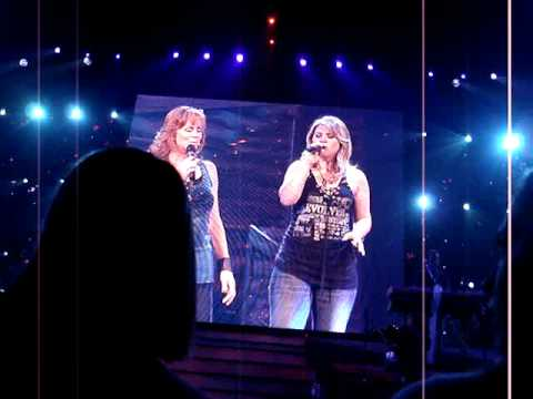 Kelly Clarkson & Reba McEntire Does He Love You w/intro