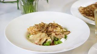 Готовим теплый салат с колбасой в кляре, с луком пай и заправкой и австрийский шницель с брусничным