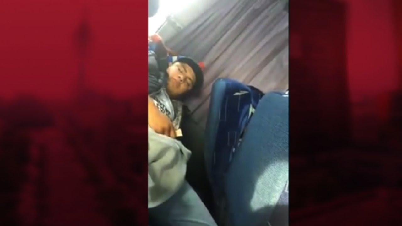 chica exhibicionista masturbándose en el autobús