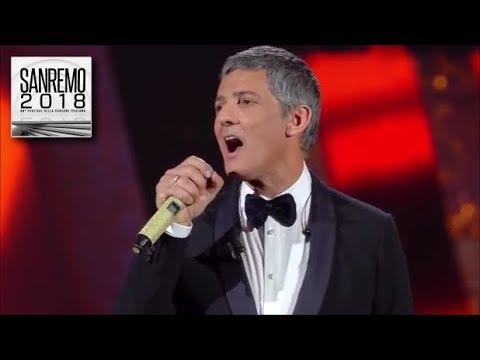 Sanremo 2018 - Il medley mash-up di Fiorello sul palco dell'Ariston