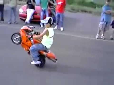 Niño montando una mini moto