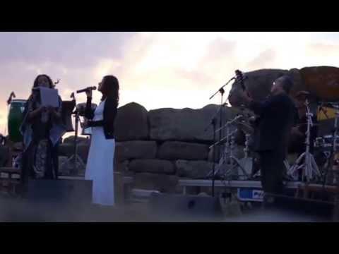 Noa in Siddi Sardinia singing with Stefania Secci - Non potho reposare