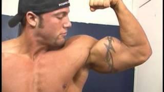 Bodybuilder Bobby Smith trains legs, poses biceps