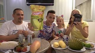Едим вонючий фрукт ДУРИАН Насте противно Саше вкусно My Family Life VLOG