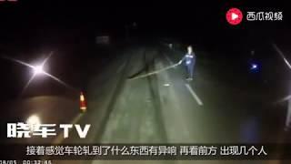 路霸深夜抢劫大货车,货车司机就没当一回事,长按喇叭冲撞碾压!