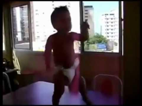 """Cậu bé nhảy theo bài """"Waka waka"""" cực hài hước.mp4"""
