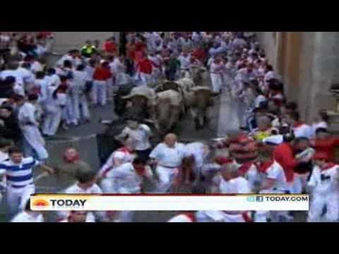 Hãi hùng bò tót rượt đuổi,hàng nghìn người