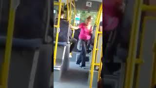 Пьяная женщина в автобусе.