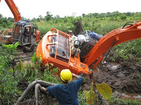Excavator Buka Lahan di Rawa dan Gambut
