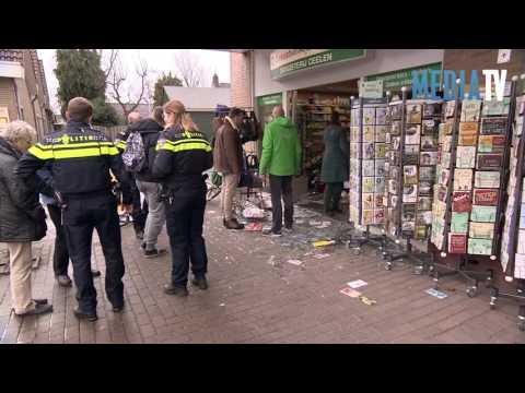 Auto rijdt drogisterij binnen De Wetering Ouderkerk aan den IJssel