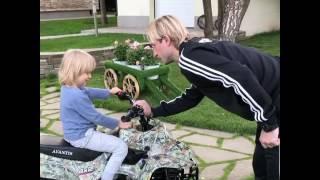 Евгений Плющенко учит сына ездить на квадроцыкле напротив золотой ванны