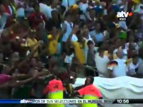 xem video clip Fan nữ sướng phát điên khi được Ronaldo tặng áo   Bóng Đá info   Tổng Hợp Thông Tin B