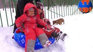 Baby Riding a Roller Coaster.  Катаемся с Горки Развлечения для детей Ярослава. Видео для детей