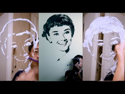 Use A toothpaste to paint Audrey Hepburn on the mirror. I was surprised when I turned off the lights