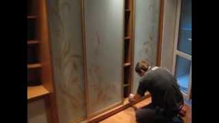 видео Угловая гардеробная в спальне, прихожей: шкаф купе, дизайн проекты фото