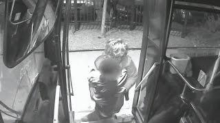 بالفيديو.. إنسانية امرأة تنقذ طفلاً من موت محقق
