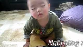 Baby cute ăn chanh cười bẻ bụng đậy