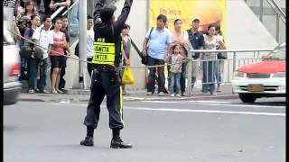 Tanzender Verkehrspolizist