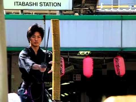 古の昔から武士たちの武器として、そして精神性のシンボルだった壮絶な切れ味の日本刀。その切れ味は日本刀の独自の製法から育まれたものです。今回は海外でも評判の日本刀の切れ味の秘密を探ります。のサムネイル画像