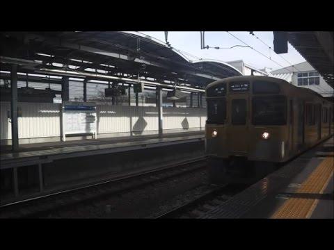 昼の萩山駅に到着する西武拝島線玉川上水行きの下り電車