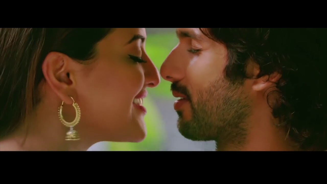 Sonakshi Sinha Kissing Showing Cleavage Hottest Video