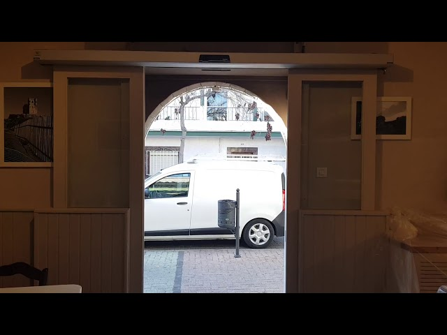 Puerta automática peatonal