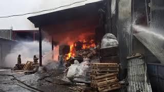 Пожарные тушат склад на Электрозаводском проезде