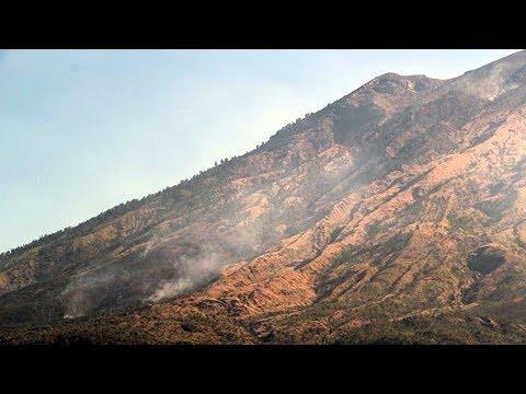 Asap Mengepul, Suara Gemuruh Menggelegar dari Perut Gunung Agung, Gempa 99 Kali!