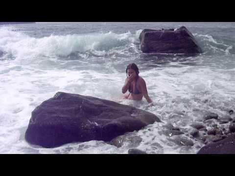 Наталья купается в волнах в бухте Троица
