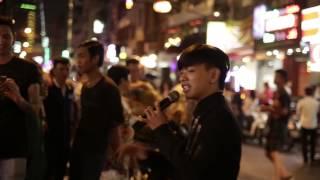 """Hot Boy Kẹo Kéo hát """"Yêu Em Nhưng Không Với Tới"""" ngoài đường phố tri ân khán giả"""