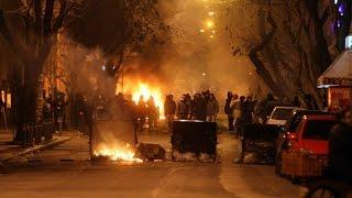 Анархисты громят остановки, телефонные будки и светофоры. Политехнио. Афины