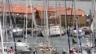Redden wat er te redden valt in de haven van Gruissan tijdens de windkracht 12 op 24 janvier 2009